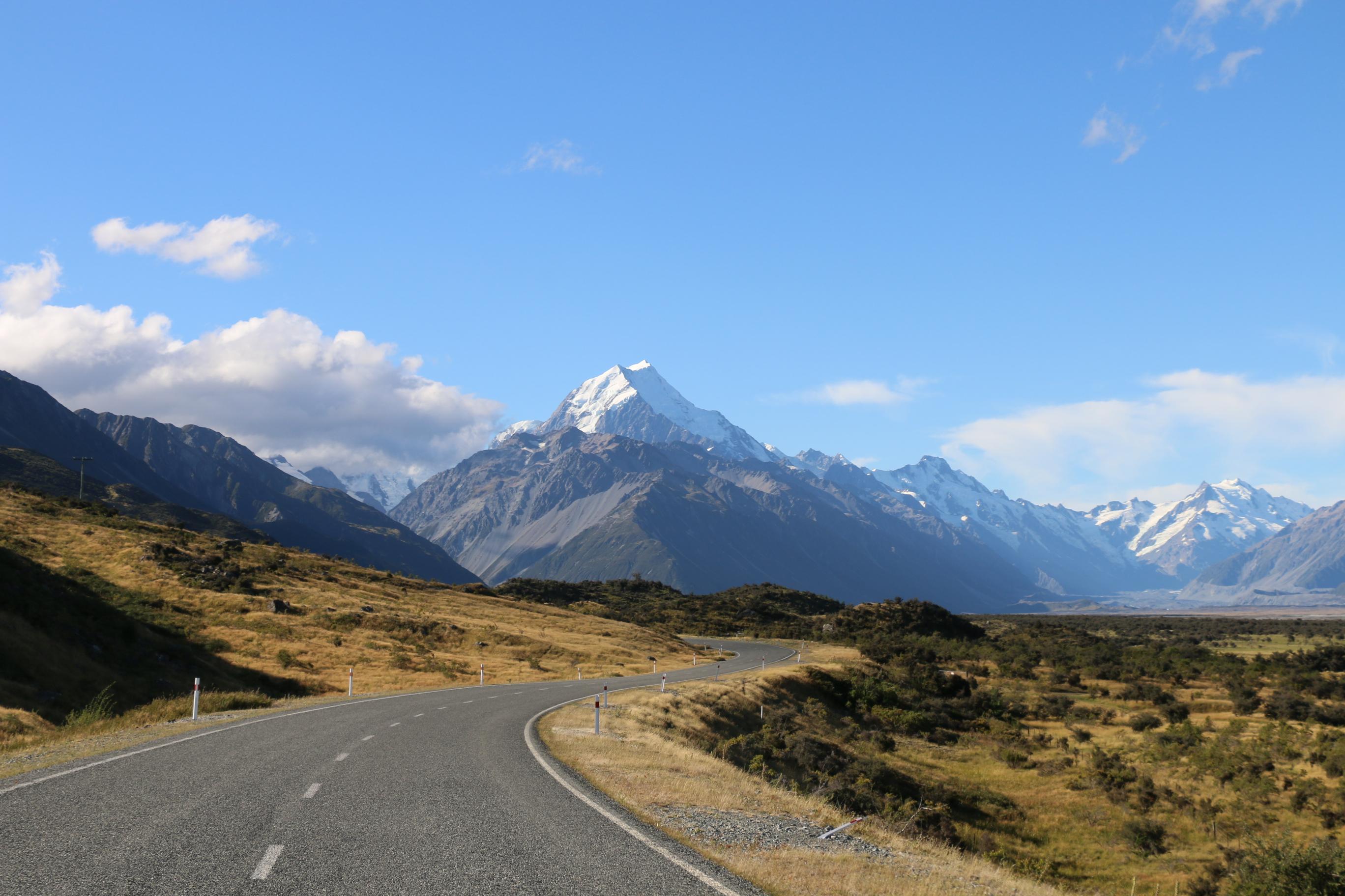 ニュージーランド最高峰の山並みを見上げるアオラキ/マウント・クック国立公園